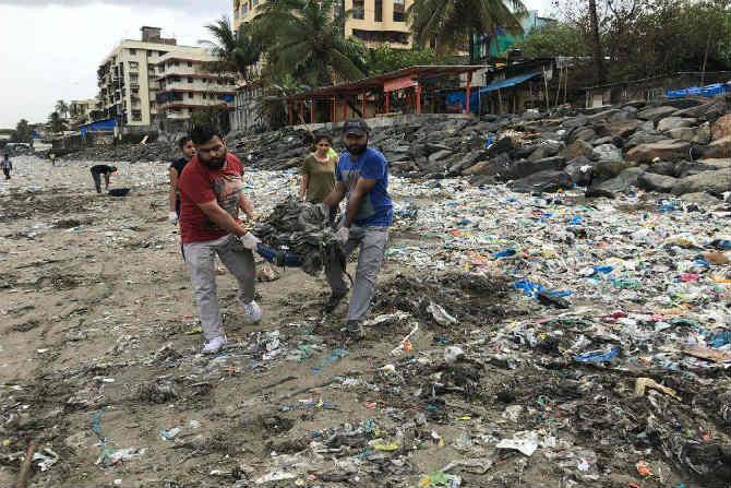 आतापर्यंत जवळपास ३६ आठवड्यांमध्ये त्यांनी ५०० टन कचरा माहिम समुद्रकिनारपट्टीवरुन उचलला असून, अजूनही त्यांची ही मोहिम सुरुच आहे. (छाया सौजन्य- Mahim Beach Clean Up)