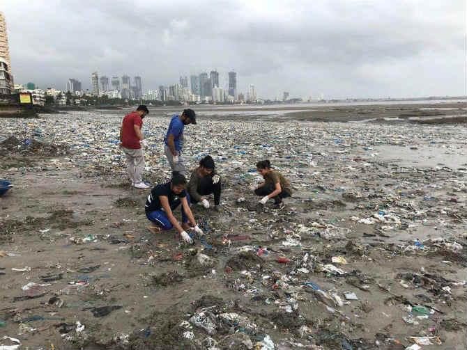 नुकतंच वंडरिंग सोल्स wandering souls या तरुणांच्या ग्रुपनेही या अनोख्या आणइ पर्यावरणस्नेही उपक्रमात सहभागी होत मुंबईच्या किमनपट्टीच्या स्वच्छतेसाठी आपलं योगदान दिलं. (छाया सौजन्य- Mahim Beach Clean Up)
