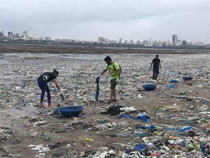यावेळी प्रत्येकाच्या मनात आपल्या शहराप्रती असणारं प्रेम तर होतंच. पण, त्यासोबतच निसर्गाची होणारी हानी पाहून त्यांच्या मनात असंख्य प्रश्नांनी घर केलं होतं हेसुद्धा तितकच खरं. (छाया सौजन्य- Mahim Beach Clean Up)