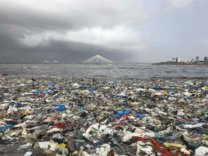 कोणत्याही चांगल्या कामाची सुरुवात ही स्वत:पासूनच करावी असं म्हणतात ते अगदी खरंच आहे, हेच इंद्रनील, रबिता आणि त्यांना साथ देणाऱ्या प्रत्येकाच्या कृतीतून स्पष्ट होत आहे. (छाया सौजन्य- Mahim Beach Clean Up)