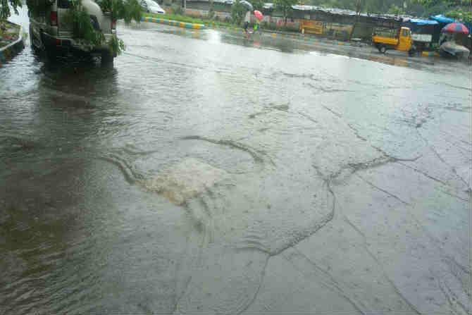 घोडबंदर रोड येथील रस्त्यावर साठलेले पाणी (छाया सौजन्य-दीपक जोशी )