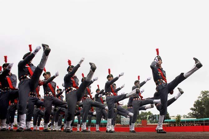 भारताच्या 'स्वांतत्र्य दिना'ची जोरदार तयारी देशभरात सुरू आहे. या निमित्तानं भोपळमधल्या मोतीलाल नेहरु पोलीस स्टेडिअममध्ये एनसीसीचे कॅडेट्स  परेडचा सराव करत आहेत.  ( छाया सौजन्य : पीटीआय)