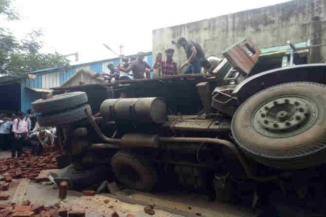 विद्याविहार स्टेशन परिसरात प्लॅटफॉर्म क्रमांक एकजवळ दुपारी विटांनी भरलेला ट्रक उलटला. ट्रकचा टायर फुटल्याने ही दुर्घटना घडल्याचे प्रत्यक्षदर्शींचे म्हणणे आहे.