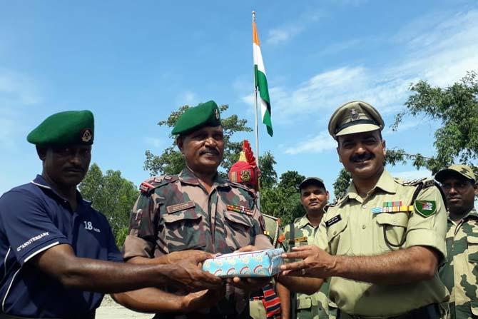 स्वातंत्र्यदिनानिमित्त भारत- बांगलादेश सीमेवरील भारतीय सीमा सुरक्षा दलाच्या अधिकाऱ्यांनी बांगलादेशच्या सैनिकांना मिठाई दिली.