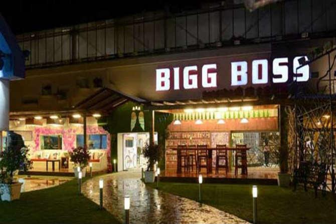 बिग बॉस-  छोट्या पडद्यावरील मोस्ट पॉप्युलर 'बिग बॉस' या रिअॅलिटी शोचं सूत्रसंचालन अभिनेता सलमान खान करतो. मात्र शोच्या नवव्या पर्वापासून त्याचं पाकिस्तानात प्रदर्शित होणं बंद करण्यात आलं आहे.