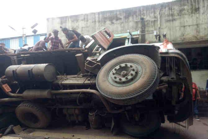 टायर फुटल्याने झाला अपघात