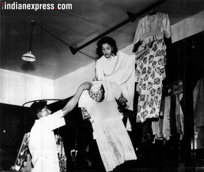 स्टुडिओच्या कॉस्च्युम डिपार्टमेंटमध्ये अभिनेत्री नर्गिस असतेवेळचे काही क्षण. (छाया सौजन्य- Express archive)