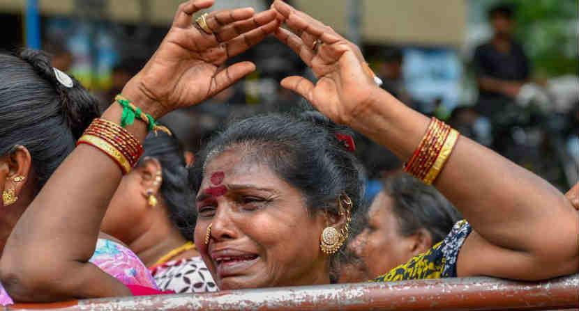 तामिळनाडूमध्ये जयललिता यांच्या निधनानंतरही जनतेला अपार दु:ख झाले होते. त्यानंतर आता करुणानिधी यांच्या निधनानंतरही हीच अवस्था आहे. (छायासौजन्य - AP)