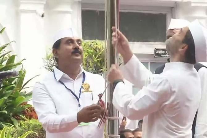 काँग्रेस अध्यक्ष राहुल गांधी यांनी काँग्रेस मुख्यालयात ध्वजारोहण करत स्वातंत्र्य दिन साजरा केला.