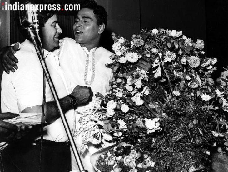 राजेंद्र कुमार आणि राज कपूर यांच्यातील मैत्रीपूर्ण क्षण. (छाया सौजन्य- Express archive)