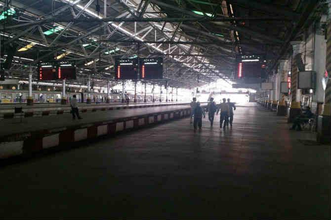 मुंबईतील छत्रपती शिवाजी महाराज टर्मिनसवर आज सकाळी असलेला शुकशुकाट (छाया- विश्वास पुरोहित)