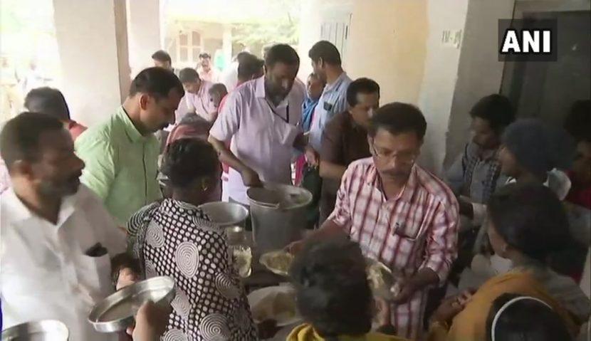 पावसाचा हा कहर पाहता विविध ठिकाणी अनेकांनीच अन्नछत्र सुविधा चालवण्यास सुरुवात केली आहे. (छाया सौजन्य- एएनआय)