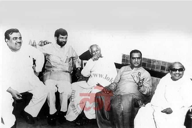 राजकीय मतभेद दूर होण्यासाठी विविध राजकीय नेत्यांसोबत चर्चा करताना १९९० मधील करुणानिधी यांचा फोटो