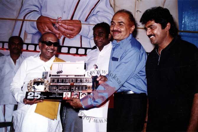 निर्माते आर.बी चौधरी यांचा सूर्यवंशम चित्रपट हीट झाल्यानंतर त्यांचा सत्कार करताना एम. करुणानिधी