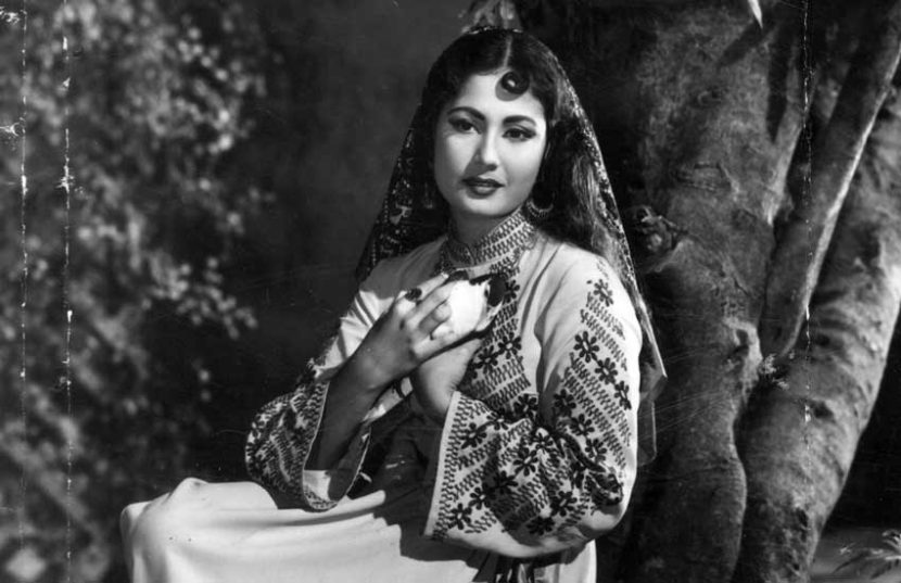 मीनाकुमारी यांचं मूळ नाव माहजबी बानो होतं. त्यांचा जन्म १ ऑगस्ट १९३२ ला झाला होता. मीना कुमारींचे वडील अली बक्ष हे चित्रपटात छोटय़ा भूमिका करत असत. ते उर्दू काव्यही करत. मीनाकुमारींची आई प्रभादेवी या त्यांच्या दुसरी पत्नी (लग्नानंतरची इकबाल बानो) त्या एक नर्तकी होत्या अन् टागोर परिवारातील होत्या.