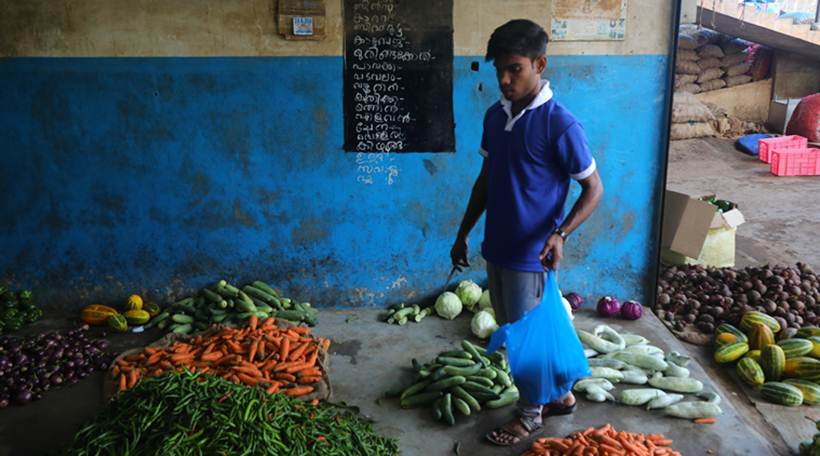 जनसामान्य पूराच्या धक्क्यातून सावरण्याचा प्रयत्न करत असले, तरीही केरळातील बाजारपेठांमध्ये मात्र शुकशुकाटच आहे. (छाया सौजन्य- Nirmal Harindran)