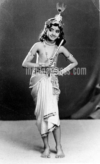 बालकलाकार म्हणून श्रीदेवीने चित्रपटसृष्टीत पदार्पण केले. वयाच्या अवघ्या चौथ्या वर्षी तमिळ चित्रपटात त्यांनी भूमिका साकारली. यात तिने मुरुगन ही देवाची भूमिका साकारली होती.