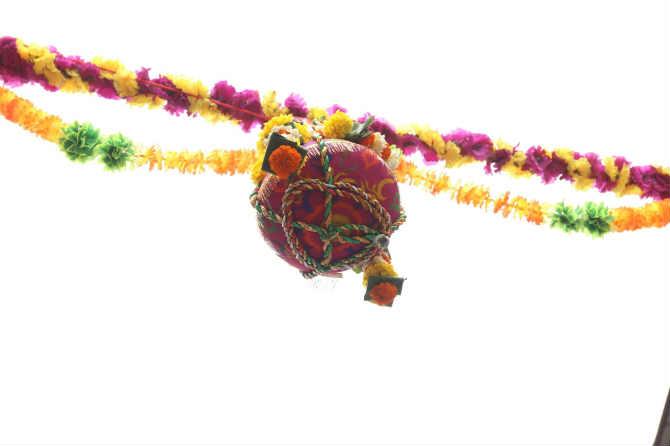 'गोविंदा रे गोपाळा' असे म्हणत थरारवर थर रचणारी पथके, डिजेच्या तालावर ठेका धरणारी तरुणाई अशा उत्साहवर्धक वातावरणात दहीहंडीचा सण साजरा होत आहे.