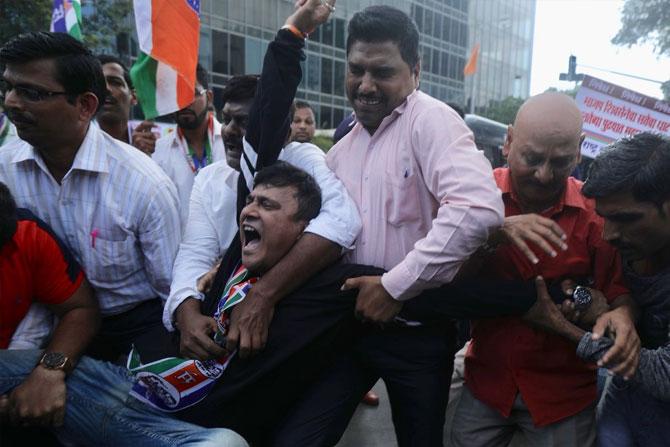 दादारमध्ये आंदोलनासाठी रस्त्यावर उतरलेल्या मनसे कार्यकर्त्यांना पोलिसांनी ताब्यात घेतले. फोटो: निर्मल हरिंद्रन