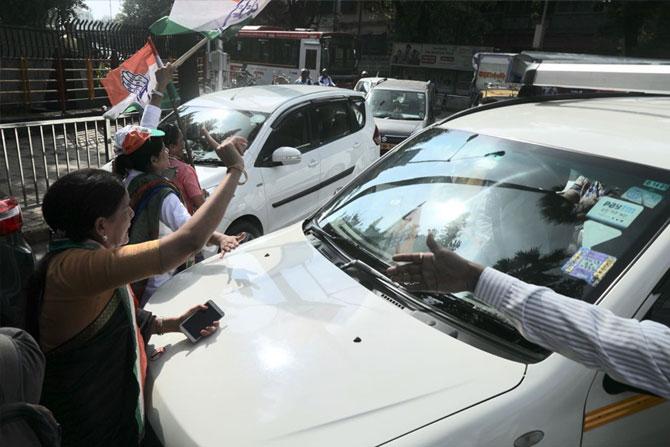 अनेक ठिकाणी महिला कार्यकर्त्यांनी रास्ता रोको आंदोलन करुन वाहतूक अडवून धरली फोटो: निर्मल हरिंद्रन