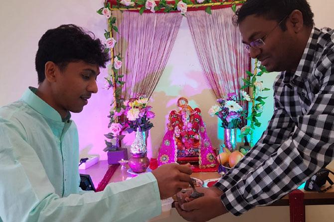 भारतीयच नव्हे तर परदेशी विद्यार्थी देखील गणपतीचे दर्शन घ्यायला आपल्या भारतीय मित्रांसोबत येतात. त्यांना हा सण व त्या मागची कथा ऐकायला आवडते. (सर्व माहिती आणि फोटो: अक्षय लोटणकर)