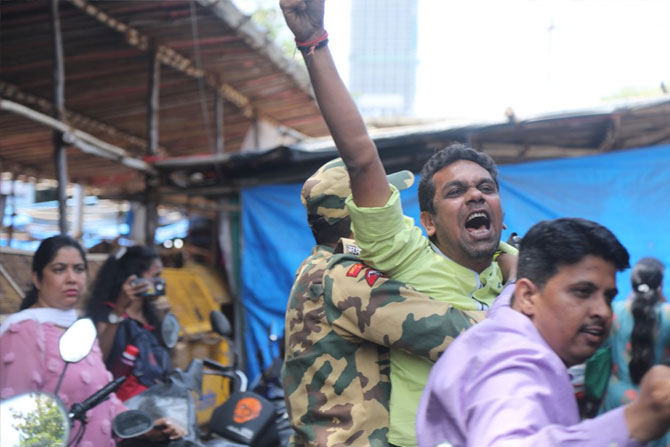 सिद्धिविनायक मंदिराबाहेर मनसैनिकांची मुख्यमंत्र्यांविरोधात घोषणाबाजी फोटो: निर्मल हरिंद्रन
