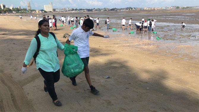 विद्यार्थ्यांनी आपल्या शिक्षकांच्या नेतृत्वाखाली किनारपट्टीवरील कचरा गोळा केला