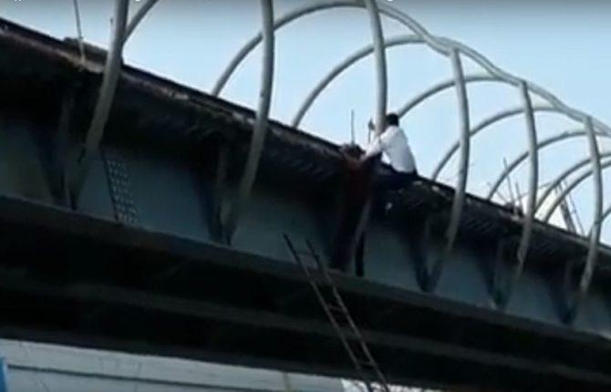 सलाम ! तरुणाला वाचवण्यासाठी पोलिसाने लावली जीवाची बाजी