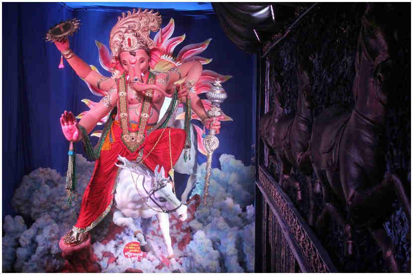 मुंबईचा राजा अशी गणेश गल्लीतील राजाची ओळख आहे. बाप्पाची ही मनमोहक मुर्ती पाहण्यासाठी भाविकांची मोठी गर्दी जमा झाली होती. (छायाचित्र: प्रशांत नाडकर)