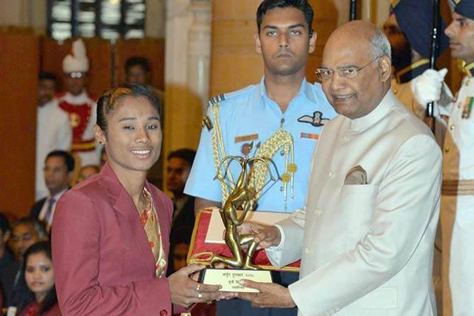 अॅथलेटिक्समध्ये भारताची तरुण खेळाडू हिमा दासलाही यंदाच्या अर्जुन पुरस्काराने गौरवण्यात आलं.