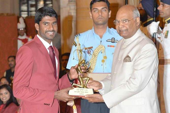 आशियाई खेळांमध्ये अॅथलेटिक्समध्ये पदकाची कमाई करणारा जिन्सन जॉन्सन राष्ट्रपतींकडून अर्जुन पुरस्कार स्विकारताना.