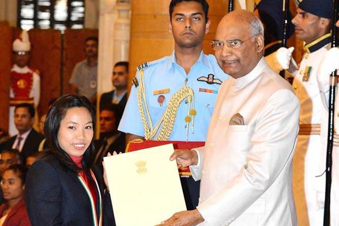 राष्ट्रकुल स्पर्धेत केलेल्या उल्लेखनीय कामगिरीच्या जोरावर मीराबाई चानूचा खेलरत्न पुरस्काराने सन्मान करताना राष्ट्रपती रामनाथ कोविंद. खेलरत्न पुरस्कार मिळवणारी मीराबाई तिसरी वेटलिफ्टर ठरली.