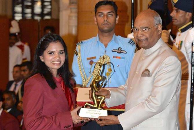 बॅडमिंटन दुहेरीमध्ये भारताचं नेतृत्व करणारी एन. सिकी रेड्डी अर्जुन पुरस्कार स्विकारताना.