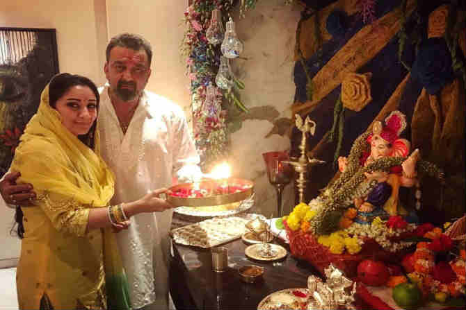 अभिनेता संजय दत्तच्या घरीही गणरायाचं आगमन झालं