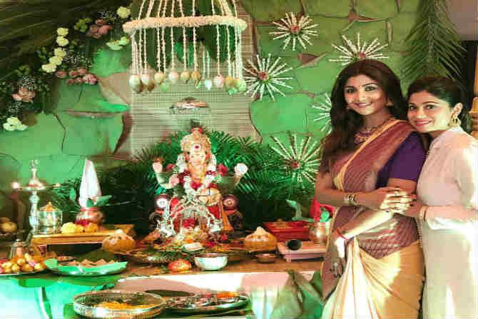 अभिनेत्री शिल्पा शेट्टी बाप्पाची पूजा करताना  (फोटो-ट्विटर)