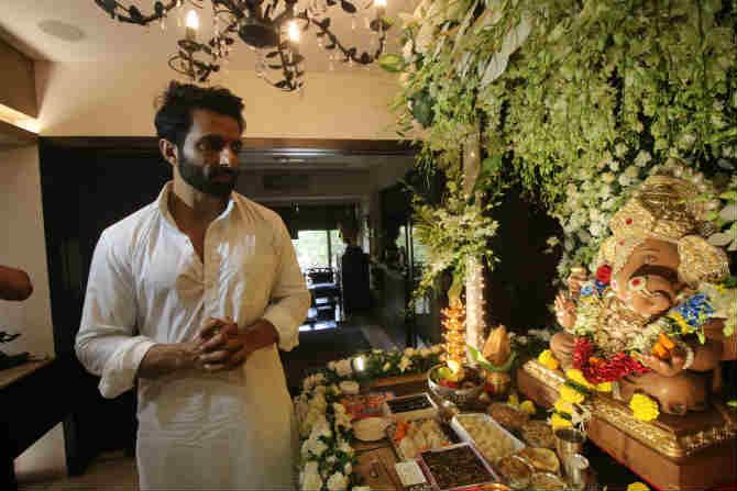 अभिनेता सोनू सुद याच्या घरीही गणरायाचं आगमन झालं (फोटो अमित चक्रवर्ती)