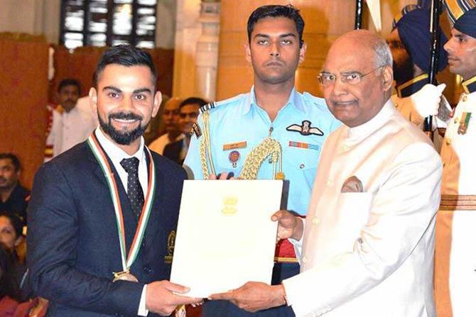 भारतीय संघाचा कर्णधार विराट कोहलीला खेलरत्न पुरस्काराने सन्मानित करण्यात आलं. असा सन्मान मिळवणारा तो तिसरा भारतीय क्रिकेटपटू ठरला आहे.