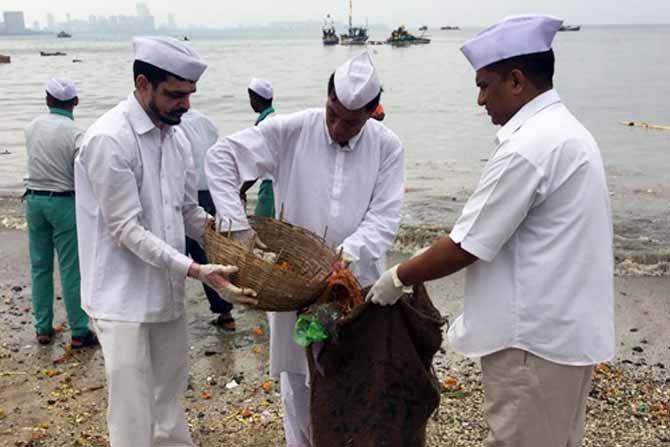 हा कचरा साफ करण्यासाठी मुंबईच्या डबेवाल्यांनी पुढाकार घेतला आहे.