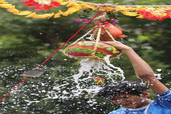 'गोविंदा रे गोपाळा' असं म्हणत आज राज्यभरामध्ये सर्वत्र गोकुळाष्टमीचा उत्साह पाहायला मिळत आहे.