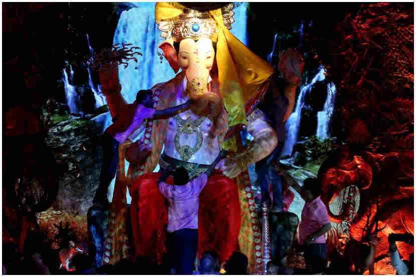 बाप्पाचे लोभसवाणे रुप पाहून सर्वांच्या डोळ्याचे पारणे फिटले. (छायाचित्र: प्रशांत नाडकर)
