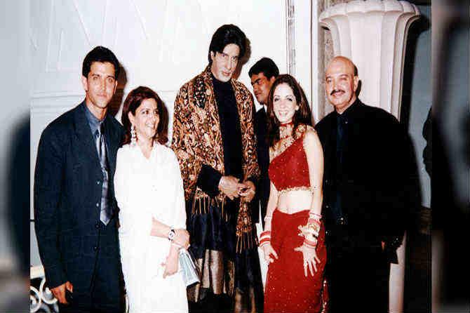 अमिताभ बच्चन यांच्या मेणाच्या पुतळ्यासह अभिनेता हृतिक रोशन, त्याची आई पिंकी रोशन आणि वडिल राकेश रोशन. (छाया सौजन्य- एक्प्रेस आर्काइव्ज)