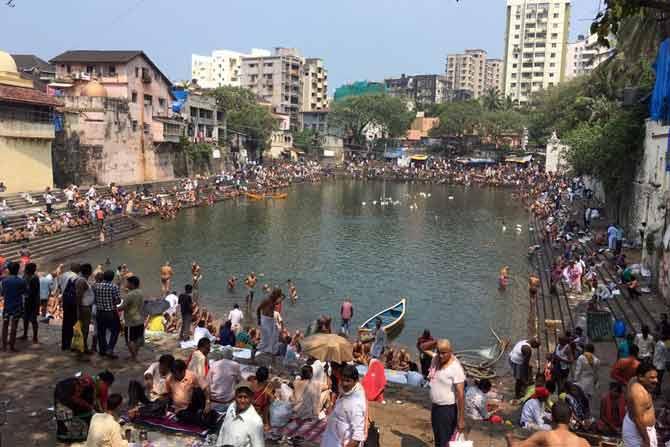 आज पितृ पक्षाचा शेवटचा दिवस आहे. मुंबईमधील काही लोकांनी पाण्यामध्ये अंघोळ करून श्राद्ध घातले.  (छाया : प्रदिप दास)