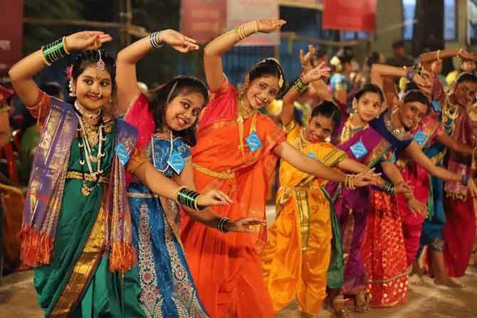 नवरात्रीच्या निमित्ताने महाराष्ट्रात भोंडला खेळला जातो.आश्विन शुद्ध प्रतिपदेला घटस्थापना होते आणि पुढचे नऊ दिवस देवीचा उत्सव साजरा केला जातो. या दिवसांत मुली-महिला संध्याकाळी दिवेलागणीनंतर नटून-थटून, नऊवारी साडी, परकर-पोलके अशा पारंपरिक वेशात एकत्र येतात. (छाया- दीपक जोशी)