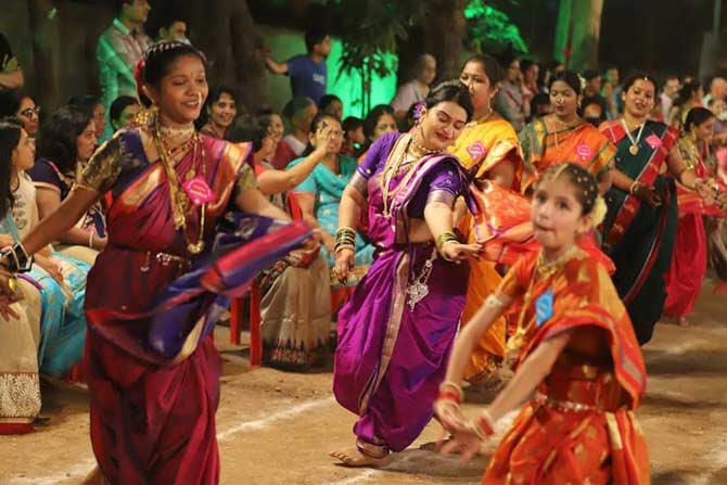 त्यानंतर लहान मुली हत्तीभोवती गोल फेर धरून नाचतात. (छाया- दीपक जोशी)