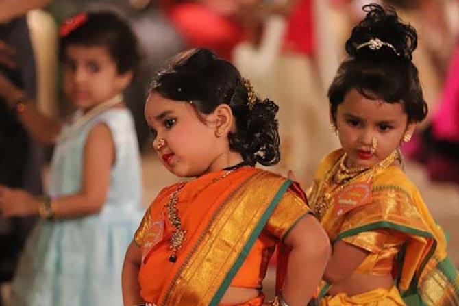 पूर्वी मुलींचे लग्न अगदी लहान वयात व्हायचे. कुटुंब, संसार आणि घरकामांच्या जबाबदारीतून मुलींना थोडी उसंत मिळावी यासाठी भोंडल्यासारखे खेळ खेळले जातं.(छाया- दीपक जोशी)