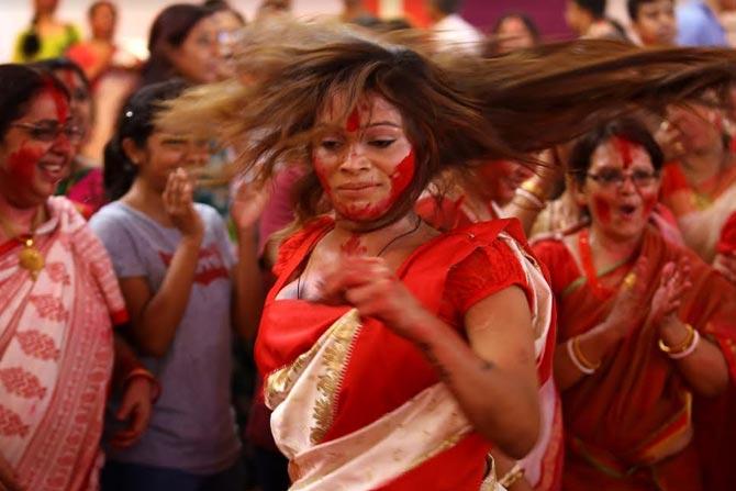 शहरामधील बंगाल क्लबच्या देवीच्या विसर्जन मिरवणुकीमध्ये तर तृतीयपंथीयही सिंदूर खेळण्यात सहभागी झाल्या.