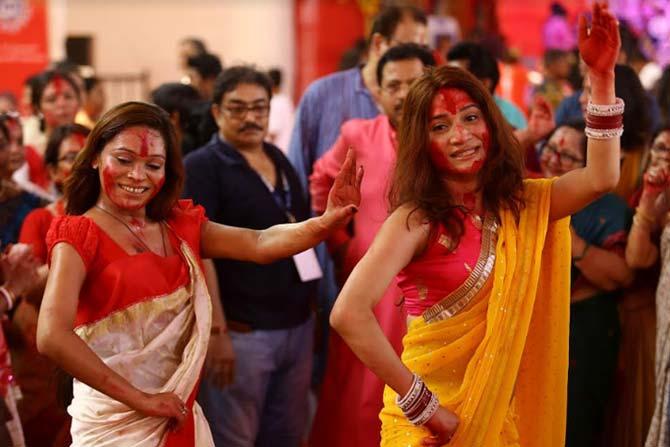 बंगाली प्रथेप्रमाणे सिंदूर खेळला जातो