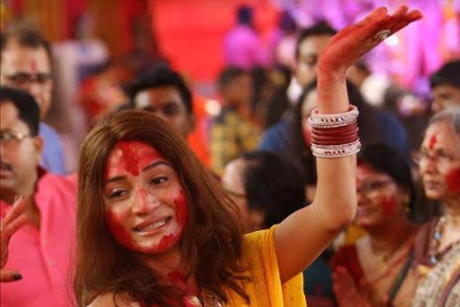 नवरात्रोत्सवाची सांगता करताना बंगाली प्रथेप्रमाणे सिंदूर खेळला जातो.