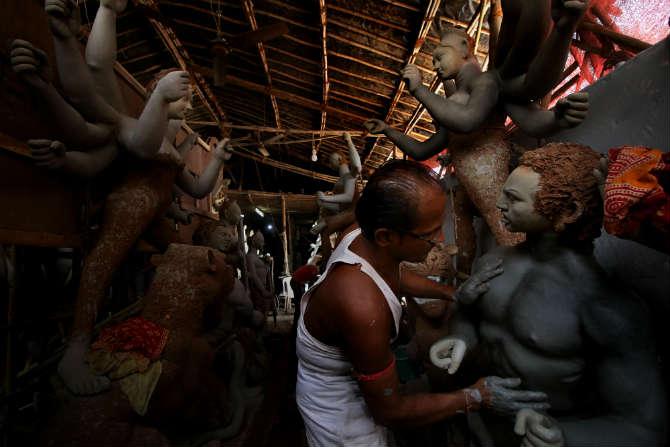 पारंपरिक पद्धतीनेच दुर्गा देवीची भव्य प्रतिमा मूर्तिकारांकडून घडवून घेतल्या जातात. (छायाचित्रकार - अमित चक्रवर्ती)