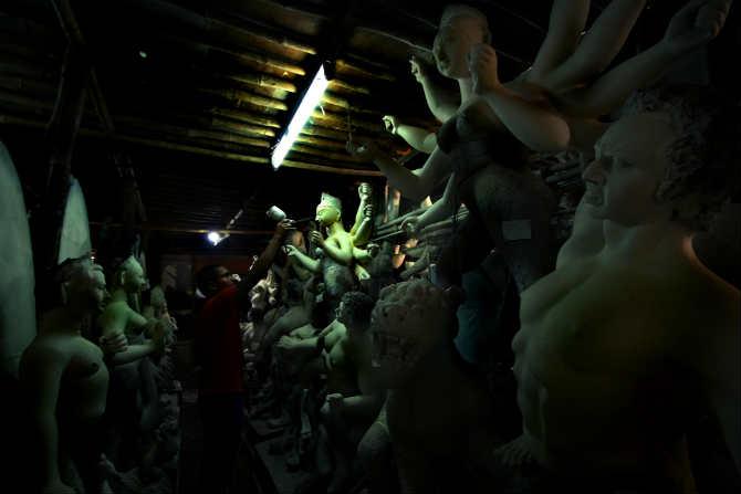 नवरात्राच्या सातव्या दिवसापासून ते विजयादशमीपर्यंत दुर्गादेवीची आराधना बंगाली संस्कृतीत केली जाते. (छायाचित्रकार - अमित चक्रवर्ती)